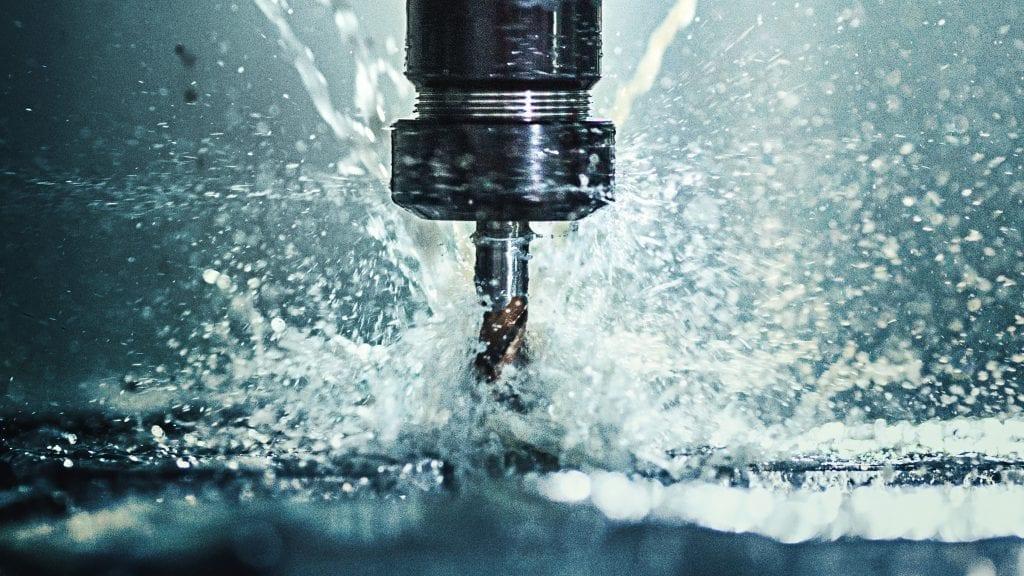 Nahaufnahme einer CNC-Maschine zur Bearbeitung eines Metallstücks.